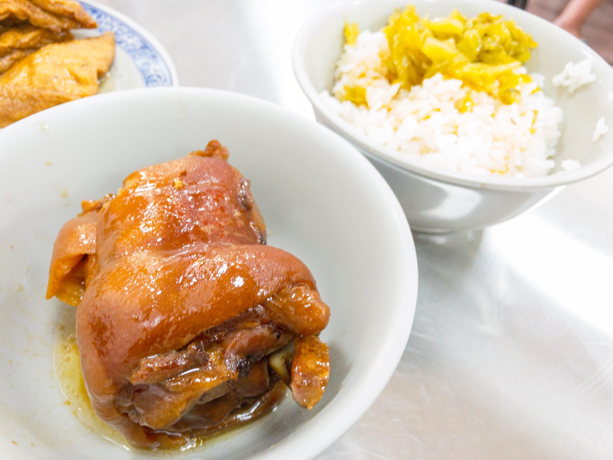 [梧棲]萬巒豬腳便當,滷汁香氣撲鼻,入味軟嫩爌肉超誘人~梧棲台南擔仔麵家族新事業。