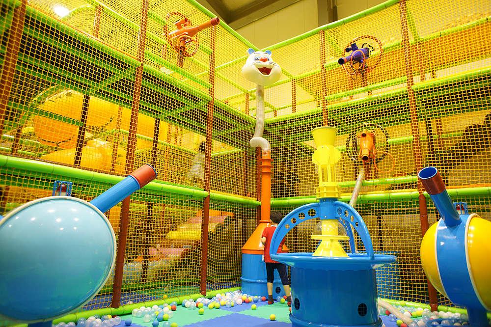 [台中室內景點]小飛親子遊樂園,有球池、攀岩、甩尾車、超刺激溜滑梯等等,設施豐富又好玩。