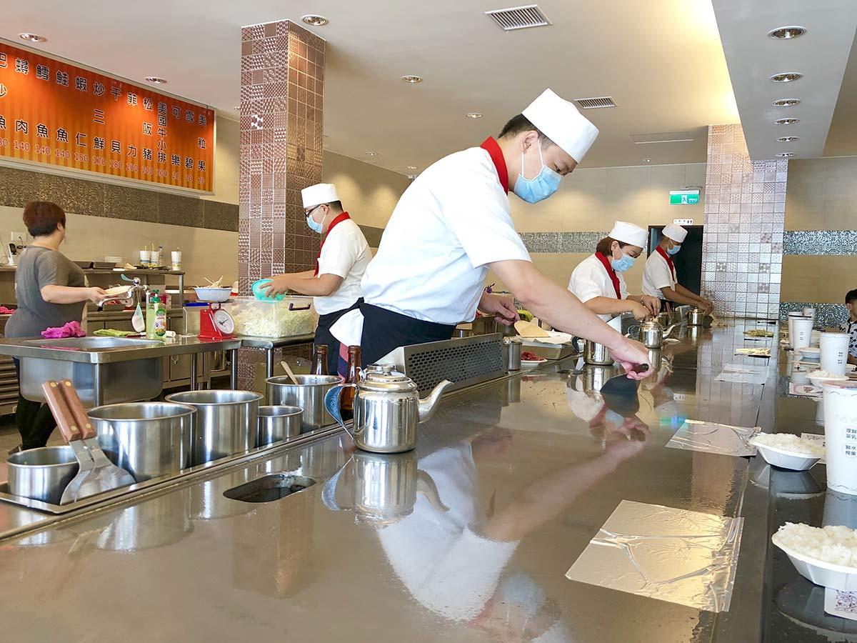 梧棲的大埔鐵板燒開在文化路,用餐附湯附飲料、還享有高麗菜免費續一次,老闆就是要讓你吃飽飽。