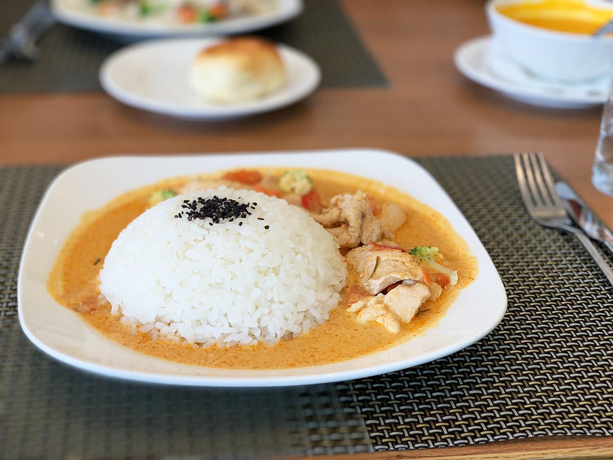 [梧棲]台中港酒店Pier88餐廳有提供商業午晚餐,在華麗的酒店大廳裡享用簡餐輕鬆暢聊的感覺很不錯。
