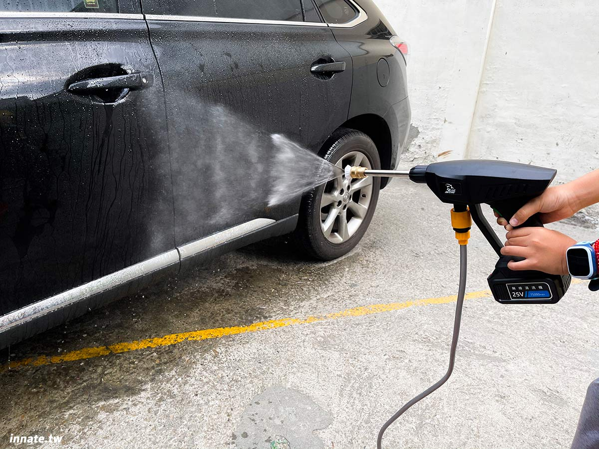 [無線高壓清洗機推薦]水君牌手持清洗機,台灣製造品質優異,水壓強勁,鋰電池供電最長可連續使用45分鐘 ,內附兩種噴頭可涵蓋大多數用途,簡單易用。