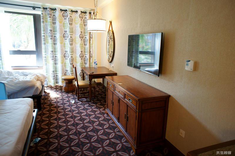 房間的電視與櫃子.jpg